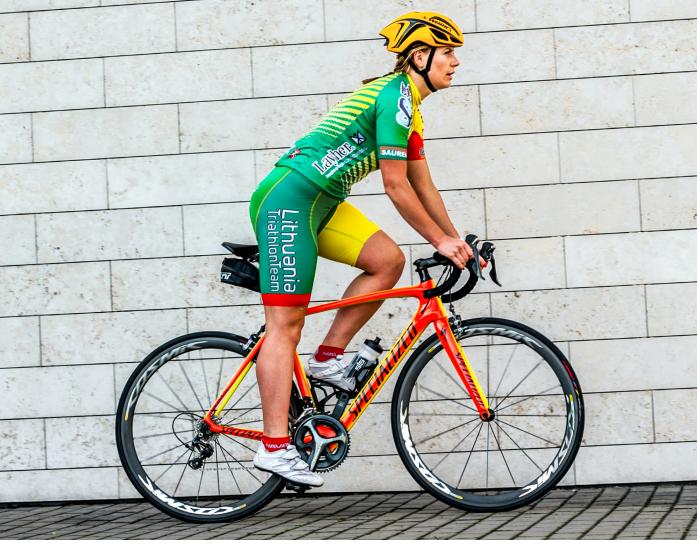 Triathlon zawodnik na rowerze